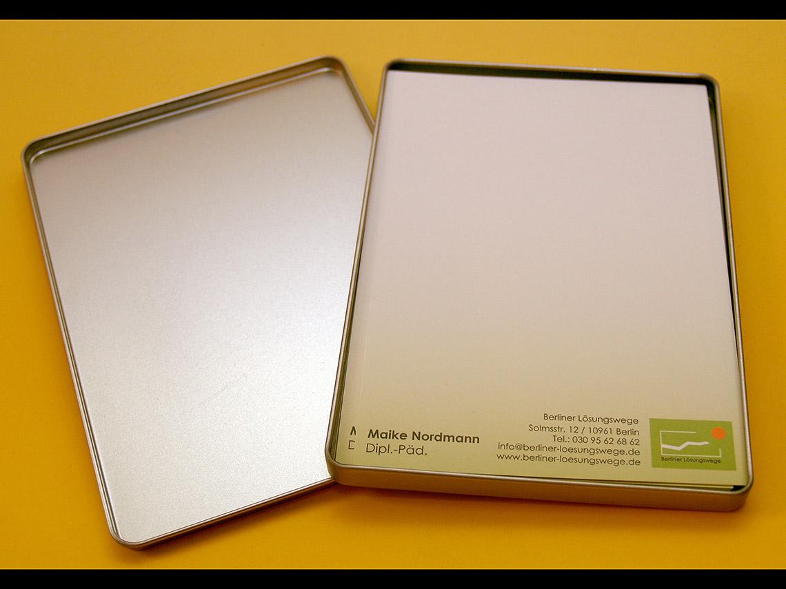 Metallbox mit Notizblock