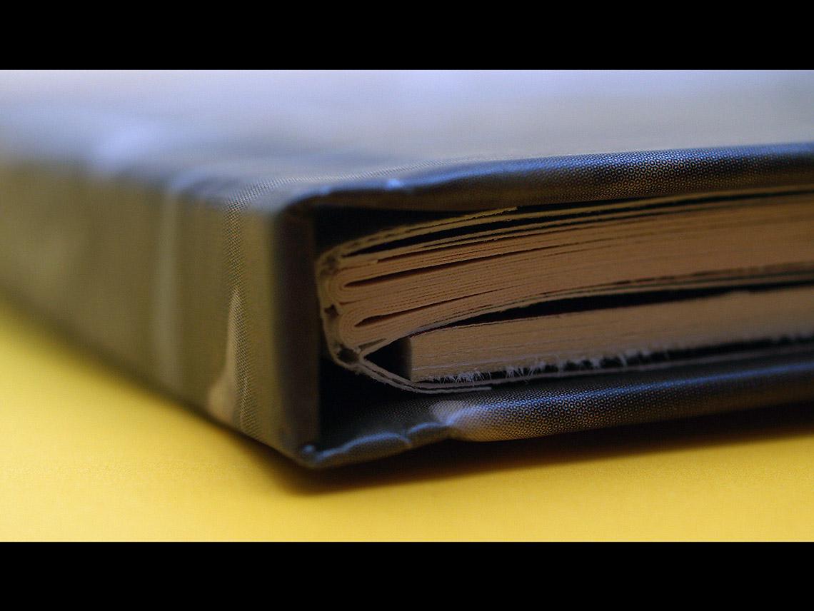 Buch und Tray von unten